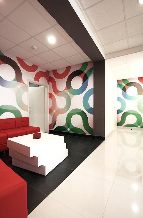 wnętrze poczekalni w nowoczesnym centrum medycznym