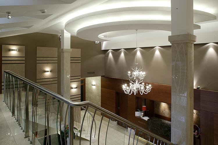 nowoczesne wnętrza hoteli - hol głowny z recepcją
