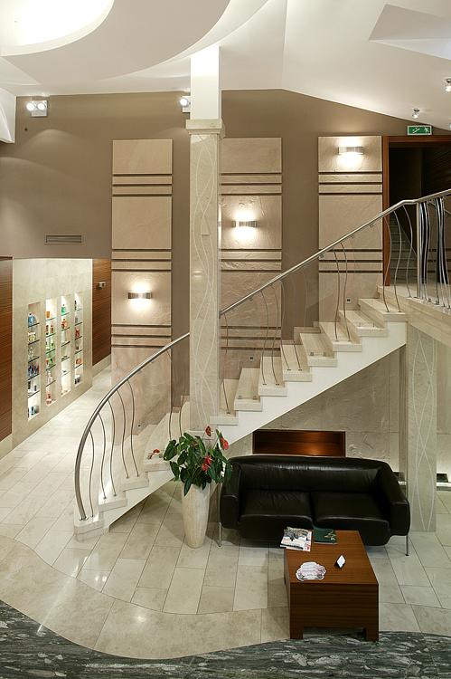 schody w nowoczesnym wnętrzu hotelowym