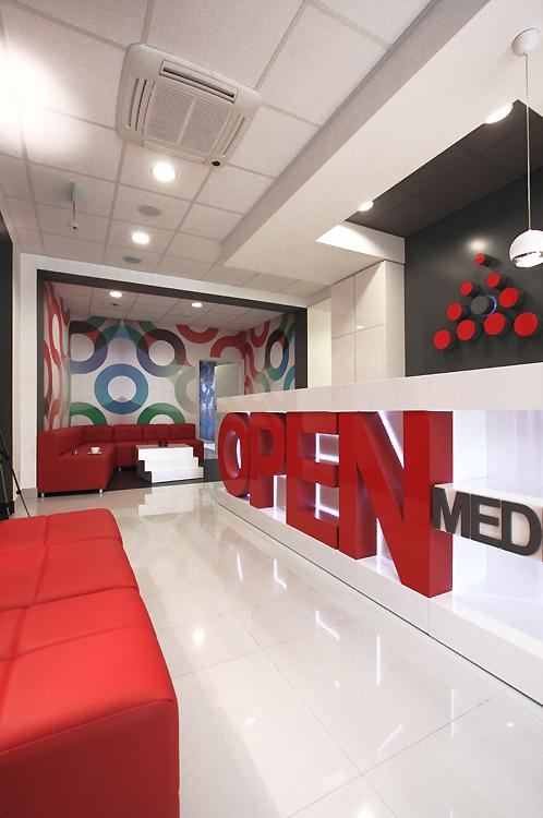 wnętrze nowoczesnej kliniki - recepcja z poczekalnią