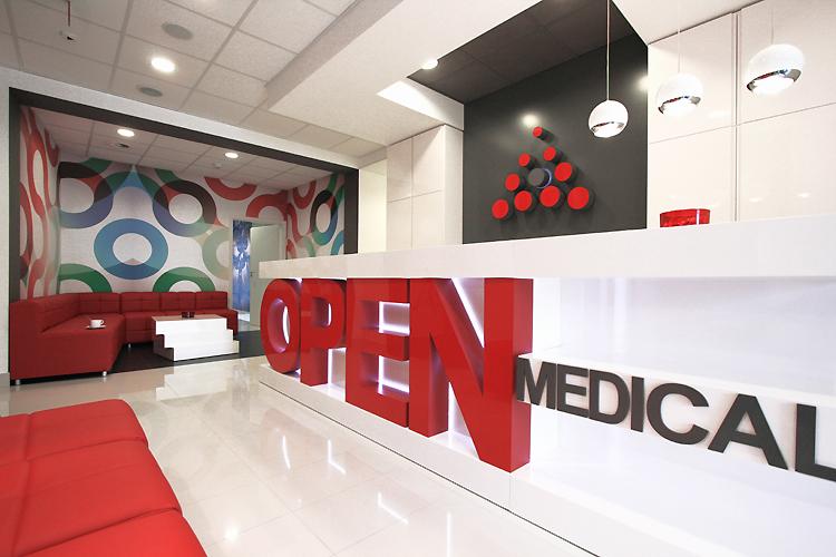nowoczesne wnętrze poczekalni irecepcji w nowoczensym centrum medycznym