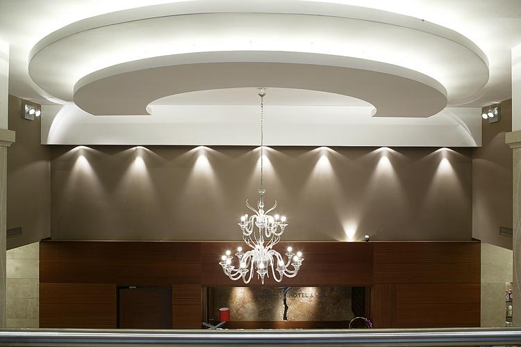 wnętrze recepcji w nowoczesnym hotelu