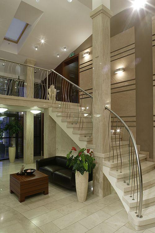 aranżacja holu głównego i antresoli w nowoczesnym hotelu